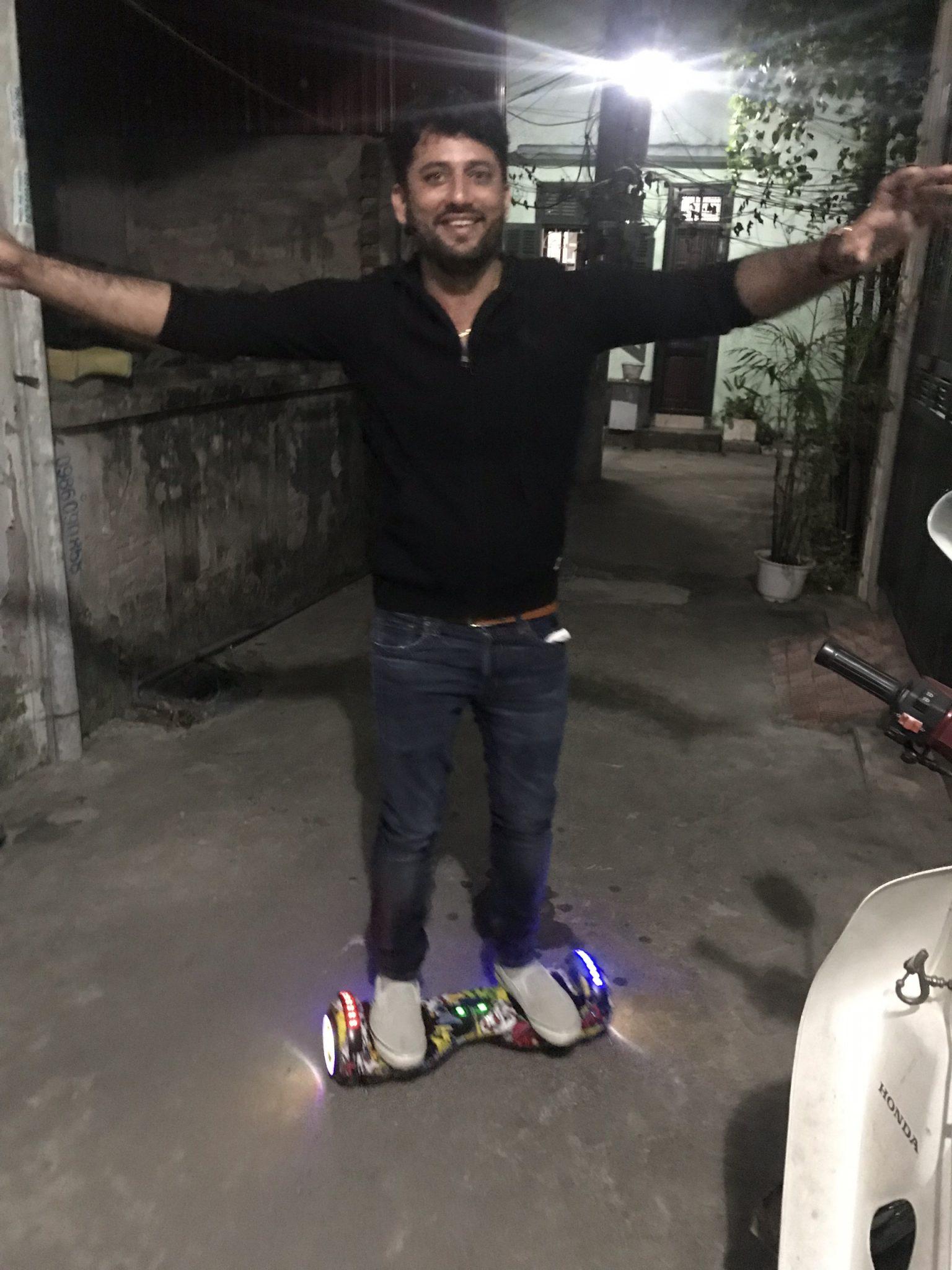 Anh Indo thích thú trên chiếc xe điện cân bằng vân vàng
