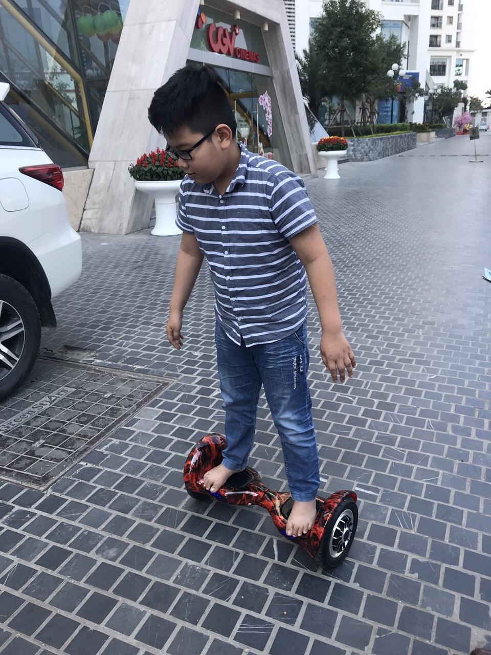 bé trai đi trên xe điện cân bằng 10 inch lốp hơi vinmart Phạm văn đồng